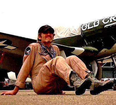 جیمز در کنار هواپیمایش