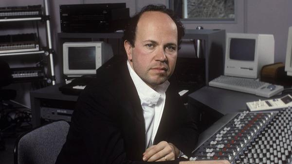 یان همر سازننده موسیقی سریال میامی وایس در استودیو کارش