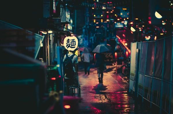 مغازه نودلفروشی در یک عصر بارانی در شهری در ژاپن